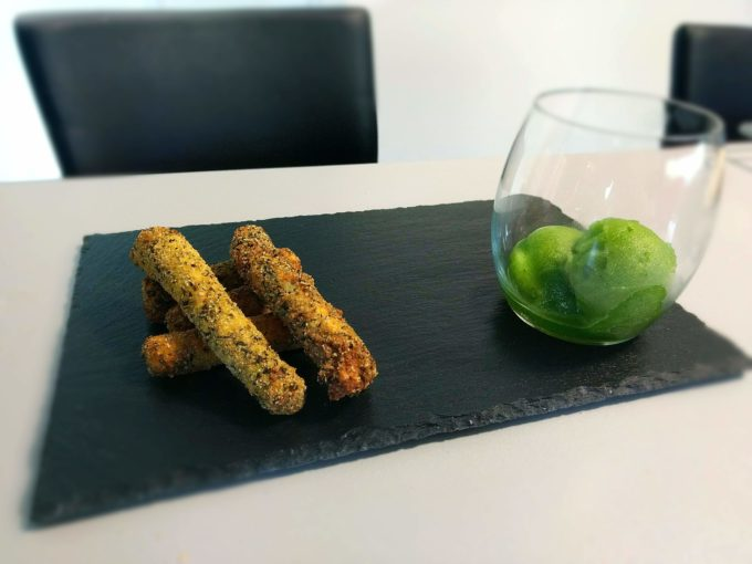 Sorbet de persil et mouillettes d'asperges vertes frites en robe d'herbes