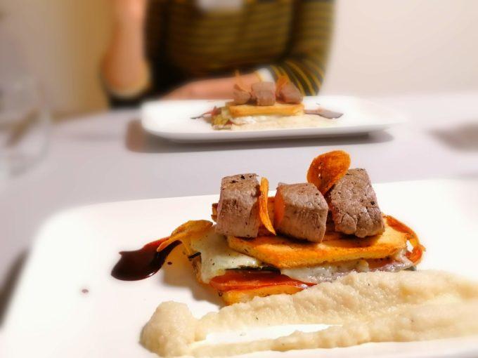 Steack de biche, croque de luxe, sauce fève tonka et chocolat